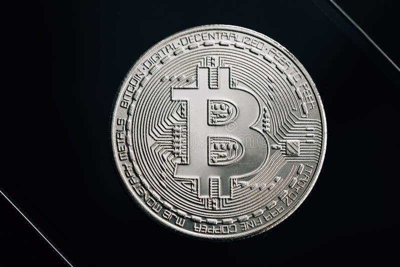 Bitcoin zilveren muntstuk op zwarte achtergrond Virtueel cryptocurrencyconcept royalty-vrije stock foto