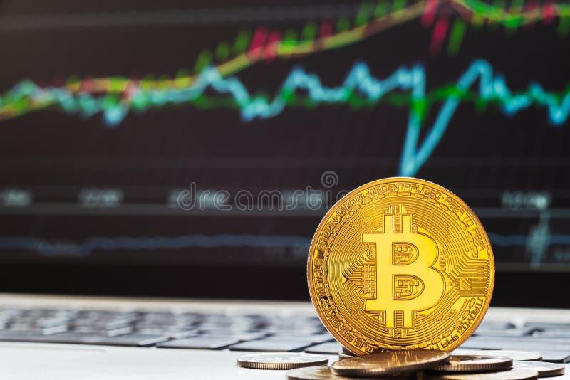 Bitcoinbtc cryptocurrencies met toenemende stijgende grafieklaptop vertoning op achtergrond Het bitcoinvoorraad handel achtergron stock foto's
