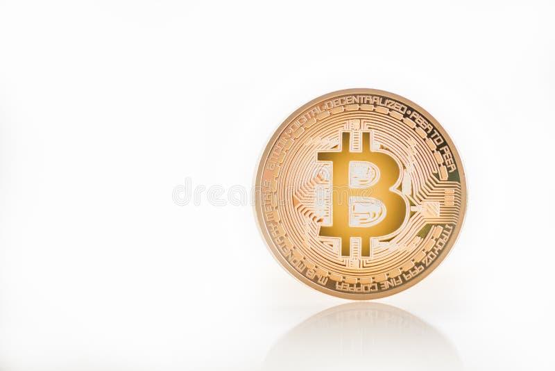 BitcoinBTC guld på vit bakgrund fotografering för bildbyråer