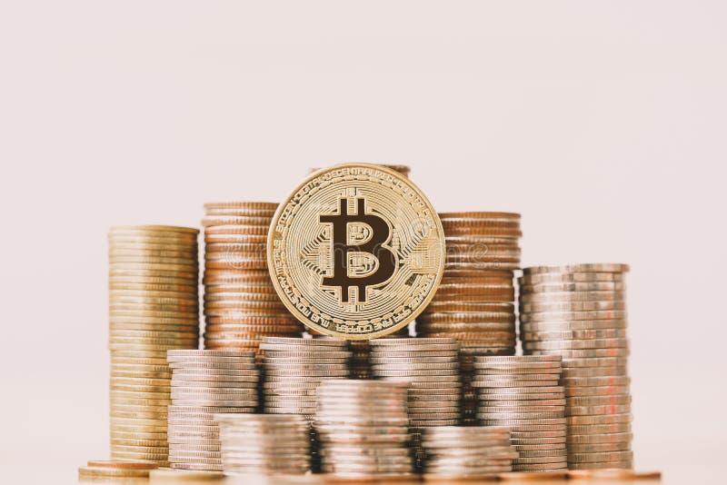 BitcoinBTC mynt på myntbunt arkivbilder