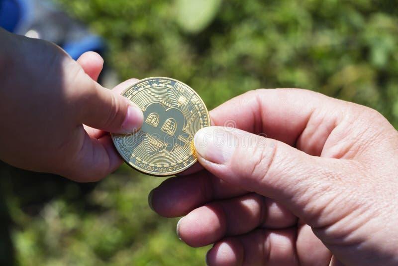 Bitcoinconcept De kinderen delen bitcoin Kindhand en bitcoin royalty-vrije stock foto's