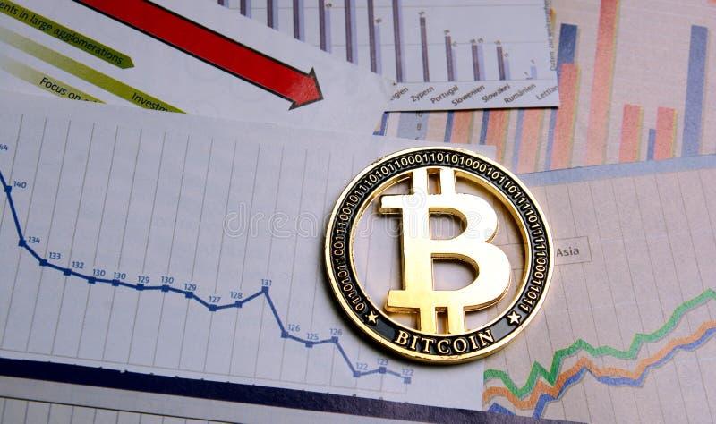 Bitcoincrypto munt over diagrammen royalty-vrije stock afbeeldingen