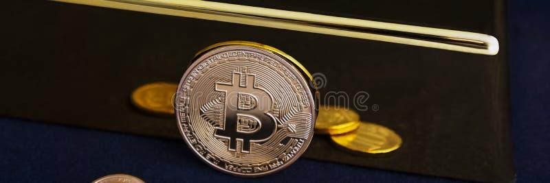 Bitcoincryptocurrency en gouden bar op een zwarte achtergrond stock foto