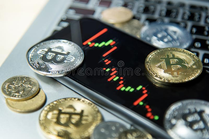 Bitcoincryptocurrency en kandelaargrafiek op smartphone royalty-vrije stock foto's