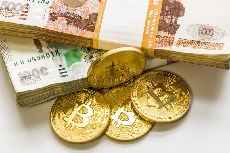Bitcoingoud en de Russische roebel Bitcoinmuntstuk op de achtergrond van Russische roebels royalty-vrije stock foto's