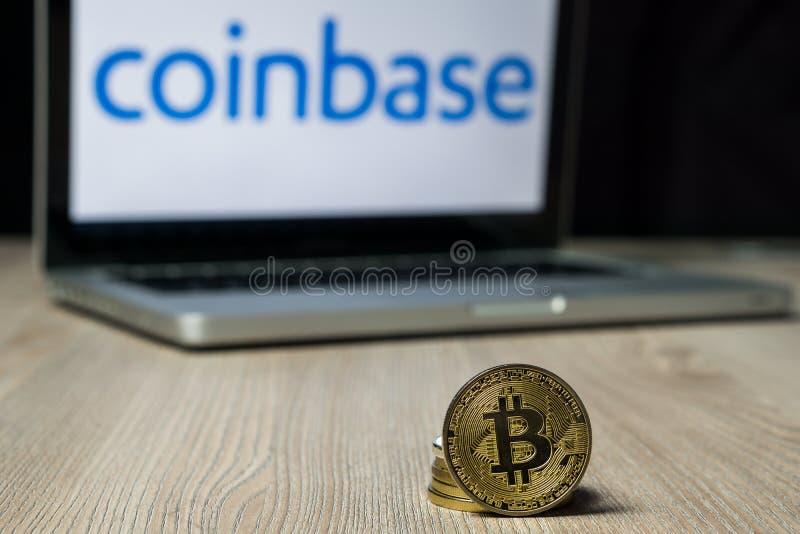 Bitcoinmuntstuk met het Coinbase-uitwisselingsembleem op het laptop scherm, Slovenië - December 23th, 2018 royalty-vrije stock afbeelding