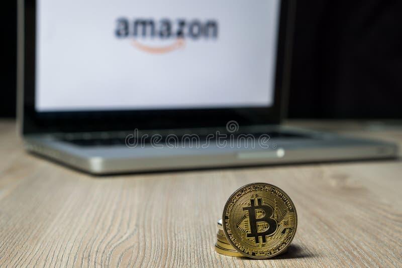 Bitcoinmuntstuk met het embleem van Amazonië op het laptop scherm, Slovenië - December 23th, 2018 royalty-vrije stock foto