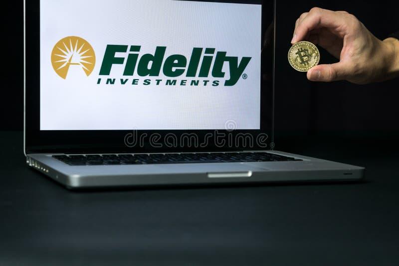 Bitcoinmuntstuk met het Trouwembleem op het laptop scherm, Slovenië - December 23th, 2018 stock foto's