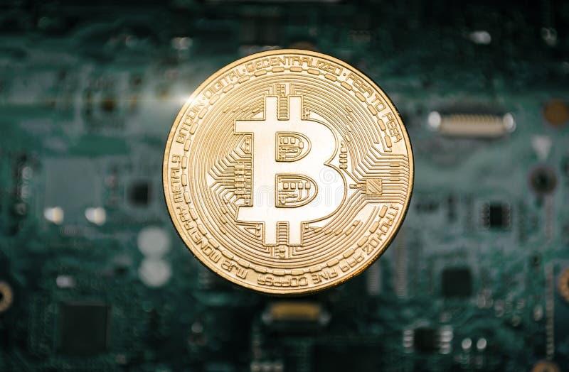Bitcoinmuntstuk, op achtergrond van computermotherboard stock fotografie