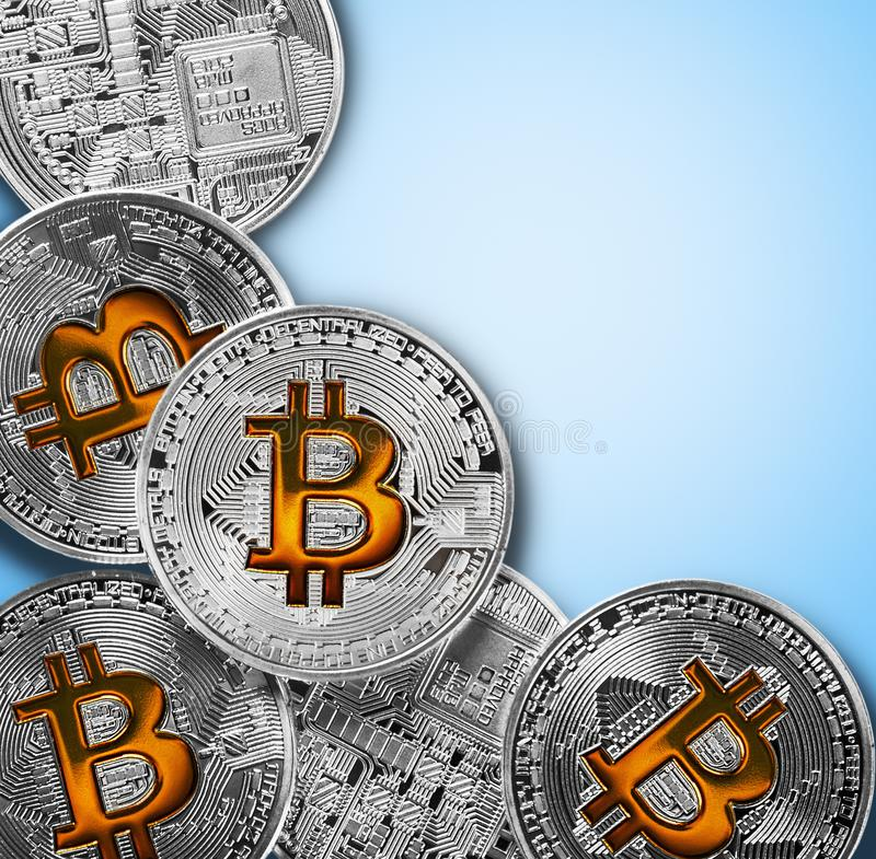 Bitcoinmuntstukken op blauwe achtergrond worden geïsoleerd die stock afbeeldingen
