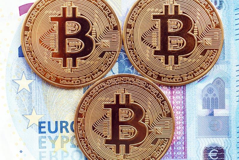 Bitcoinmuntstukken op de achtergrond van 20 euro rekeningen royalty-vrije stock afbeelding