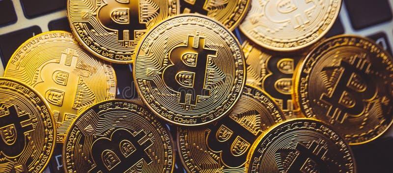 Bitcoinmuntstukken op laptop toetsenbord Cryptocurrency Het concept van financi?n royalty-vrije stock afbeelding