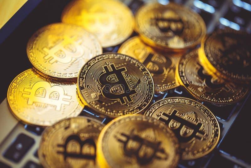 Bitcoinmuntstukken op laptop toetsenbord Cryptocurrency Het concept van financi?n royalty-vrije stock afbeeldingen