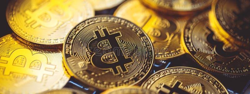 Bitcoinmuntstukken op laptop toetsenbord Cryptocurrency Het concept van financi?n royalty-vrije stock foto's