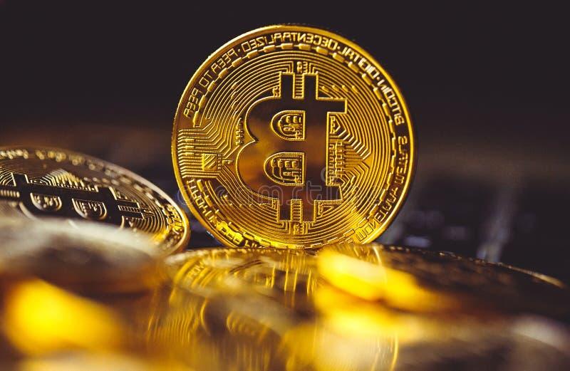 Bitcoinmuntstukken op laptop toetsenbord Cryptocurrency Het concept van financi?n royalty-vrije stock fotografie