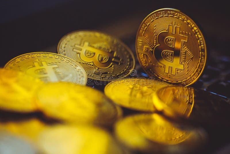 Bitcoinmuntstukken op laptop toetsenbord Cryptocurrency Het concept van financi?n stock afbeelding