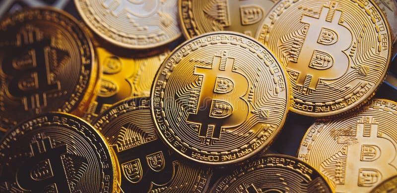 Bitcoinmuntstukken op laptop toetsenbord Cryptocurrencyconcept stock afbeelding