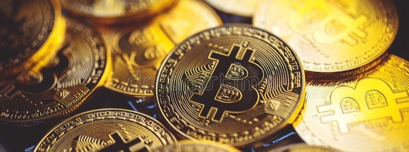 Bitcoinmuntstukken op laptop toetsenbord Cryptocurrencyconcept royalty-vrije stock fotografie