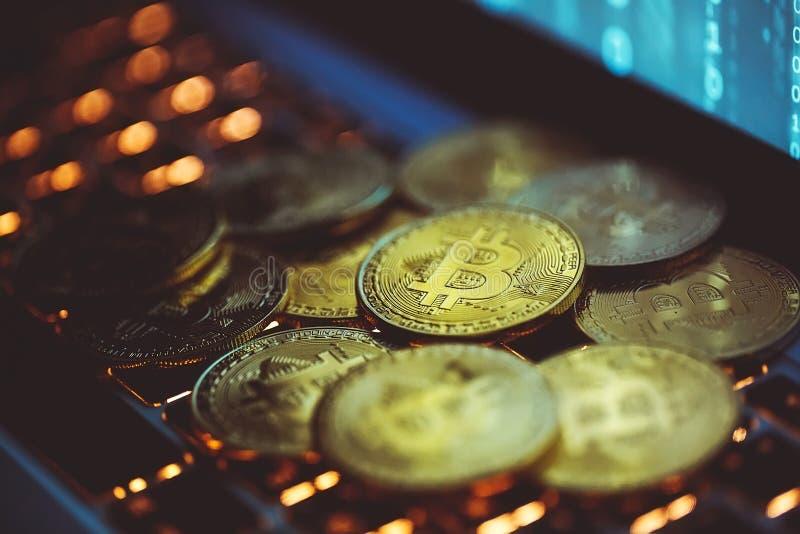 Bitcoinmuntstukken op laptop toetsenbord Cryptocurrencyconcept stock afbeeldingen