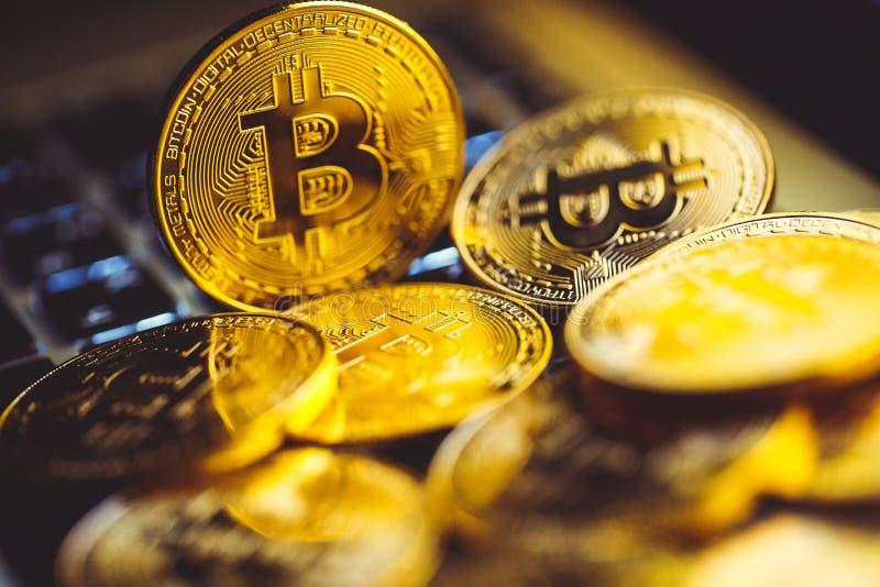 Bitcoinmuntstukken op laptop toetsenbord Cryptocurrencyconcept royalty-vrije stock foto