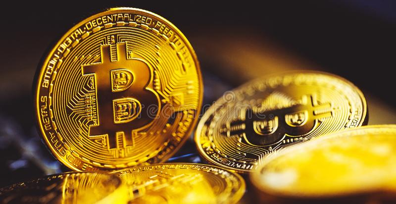 Bitcoinmuntstukken op laptop toetsenbord Cryptocurrencyconcept royalty-vrije stock afbeeldingen
