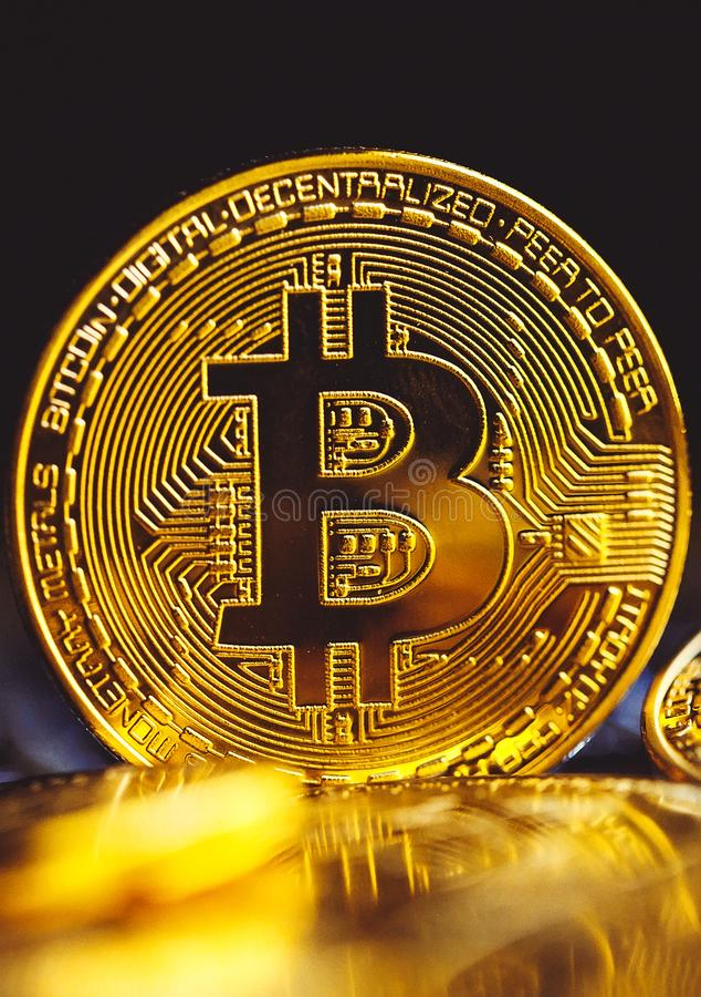 Bitcoinmuntstukken op laptop toetsenbord Cryptocurrencyconcept stock foto