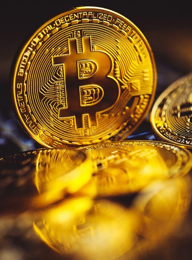 Bitcoinmuntstukken op laptop toetsenbord Cryptocurrencyconcept royalty-vrije stock afbeelding