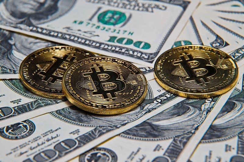 Bitcoins和100美金 免版税库存照片