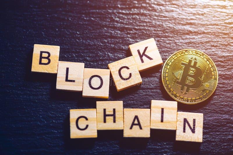 Bitcoins金钱真正货币概念背景 隐藏货币的金黄bitcoin硬币blockchain技术 数字式金钱 库存照片