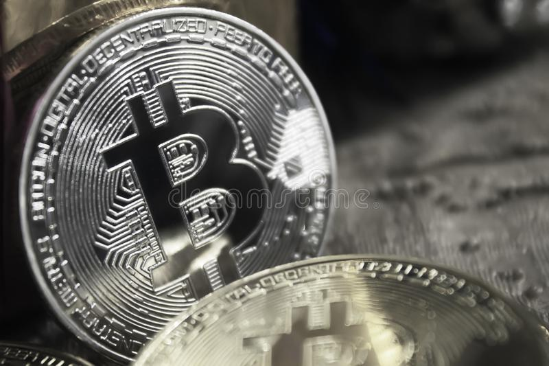 bitcoins金黄硬币在新年` s礼物中间的,黑白 免版税库存图片