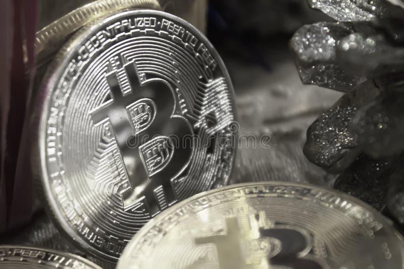 bitcoins金黄硬币在新年` s礼物中间的,黑白 免版税库存照片