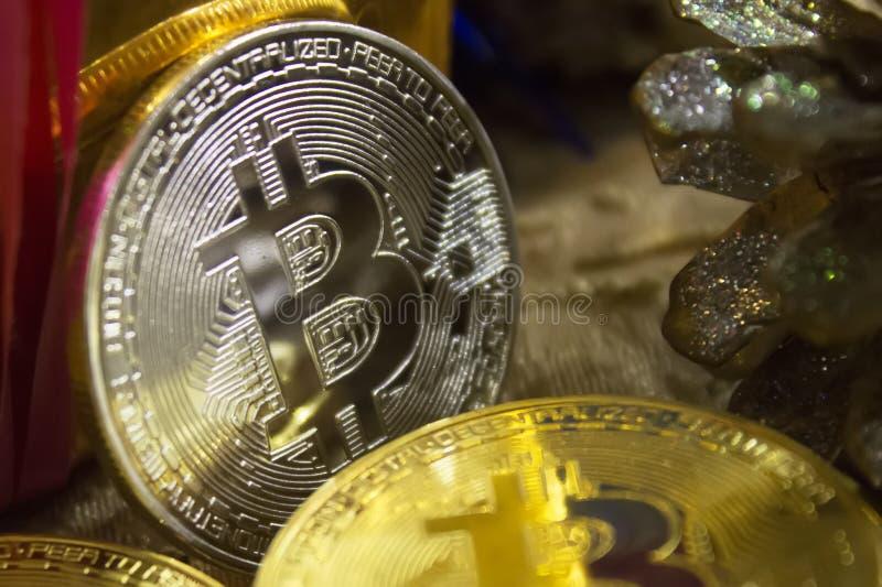 bitcoins金黄硬币在新年` s礼物中间的 免版税图库摄影