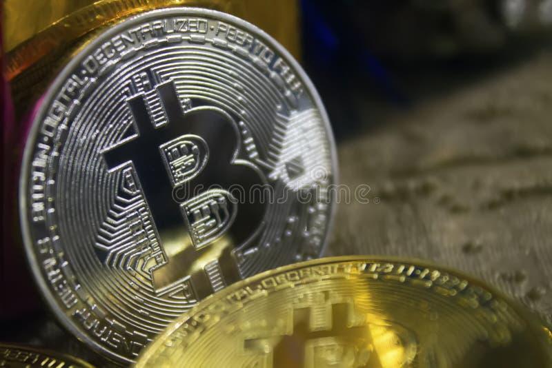bitcoins金黄硬币在新年` s礼物中间的 免版税库存图片