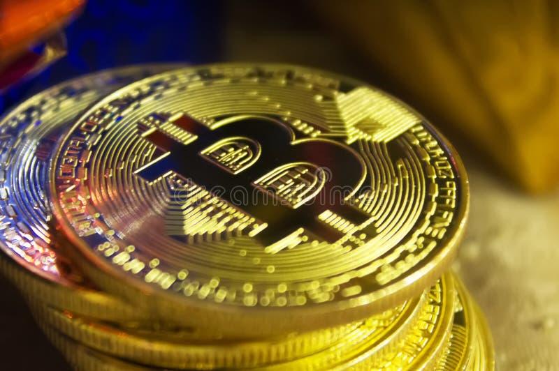 bitcoins金黄硬币在新年` s礼物中间的 库存图片