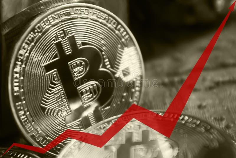 bitcoins金黄硬币,图表的红色箭头向上被指挥 免版税图库摄影