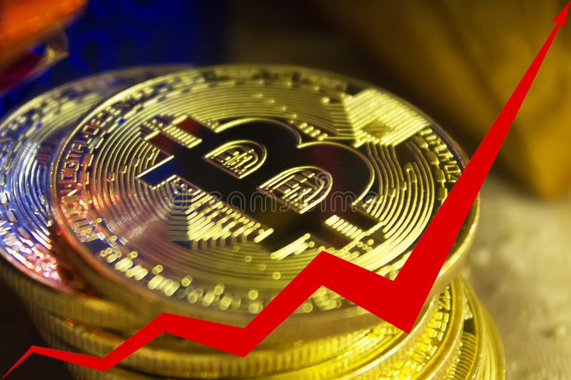 bitcoins金黄硬币,图表的红色箭头向上被指挥 库存图片