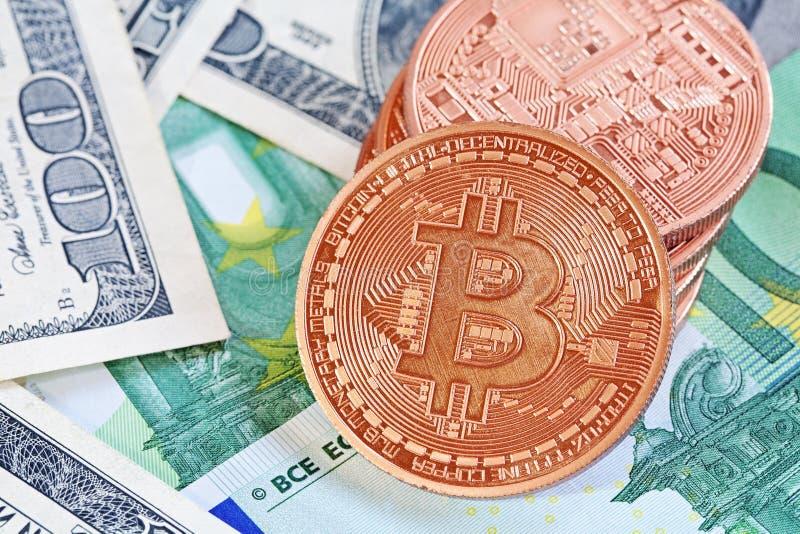 Bitcoins και χρήματα στοκ εικόνες