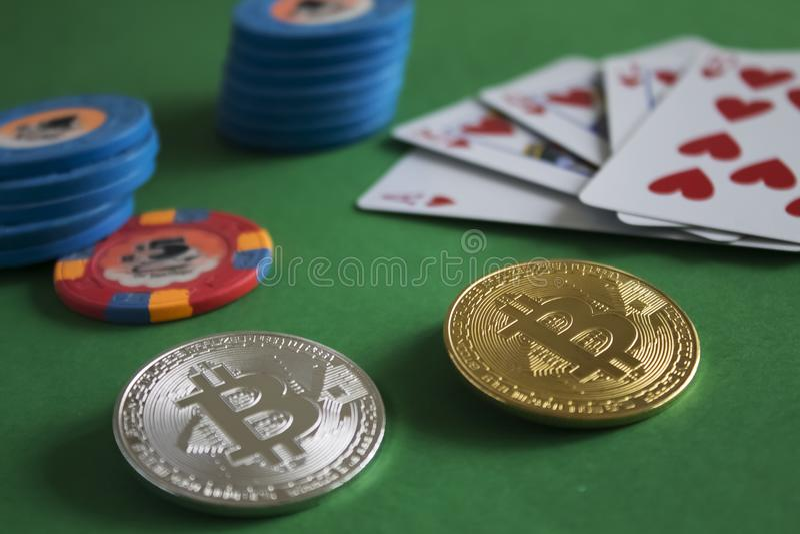 Bitcoins στον πίνακα πόκερ στοκ φωτογραφίες με δικαίωμα ελεύθερης χρήσης