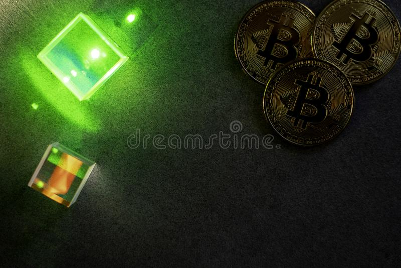 Bitcoins и призмы стоковое изображение rf