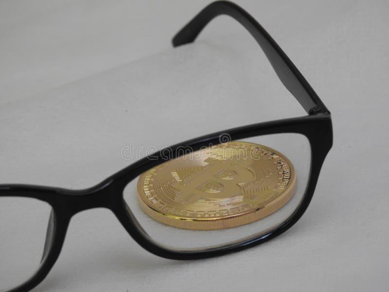 Bitcoins и стекла стоковые изображения rf