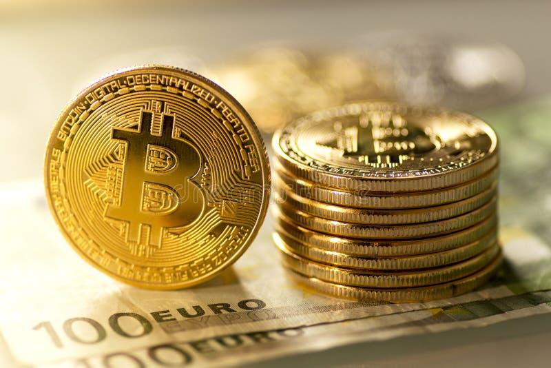 Bitcoins auf hundert Eurobanknoten - Archivbild lizenzfreie stockbilder