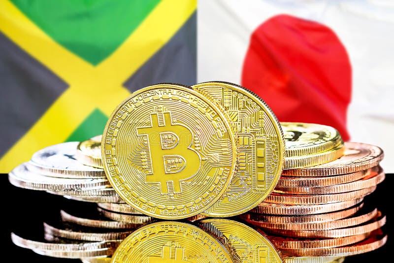 Bitcoins auf Jamaika- und Japan-Flagge Hintergrund stockfoto