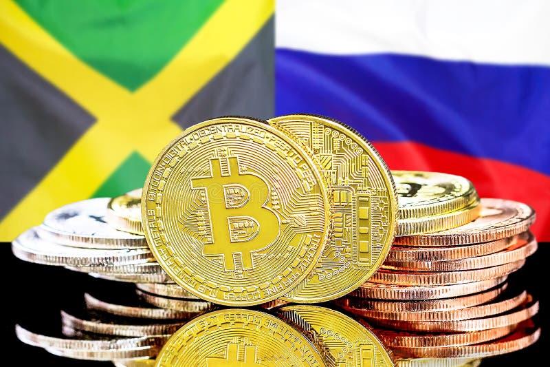 Bitcoins auf Jamaika- und Russland-Flagge Hintergrund lizenzfreie stockbilder