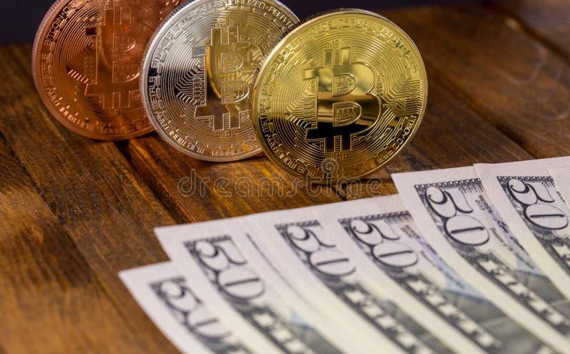 Bitcoins avec des dollars photo libre de droits