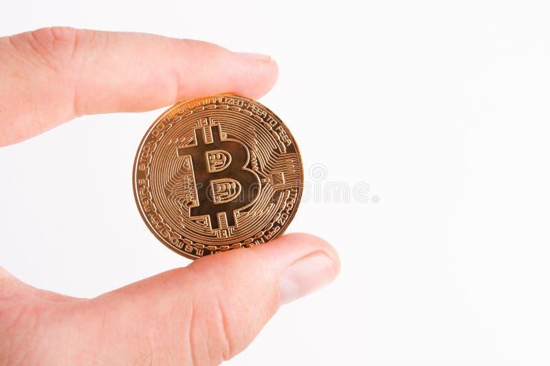 Bitcoins - Bitcoin a disposición de un hombre de negocios casual imagen de archivo