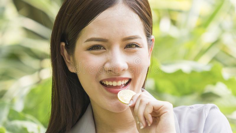 Bitcoins - Bitcoin ter beschikking van een toevallige glimlachonderneemster neemt royalty-vrije stock afbeeldingen