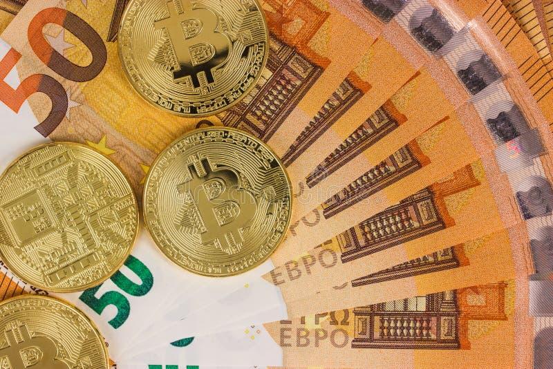 Bitcoins com cédulas do Euro imagens de stock