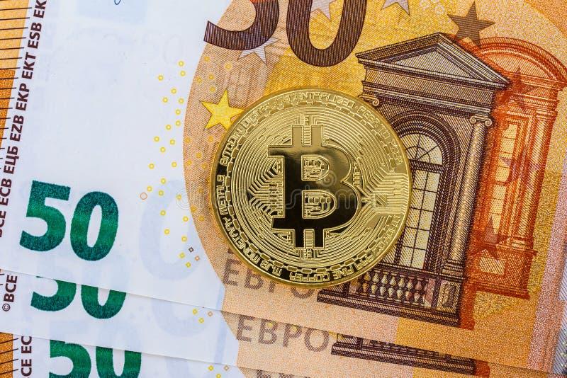 Bitcoins com cédulas do Euro imagem de stock