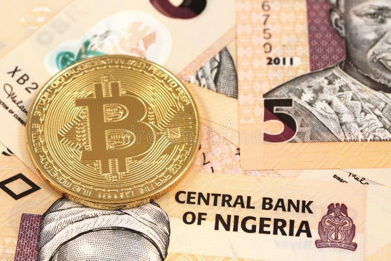 Bitcoins com fim nigeriano do naira acima fotos de stock