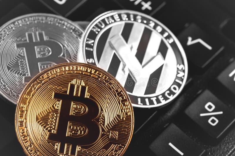 Bitcoins con el litecoin foto de archivo libre de regalías